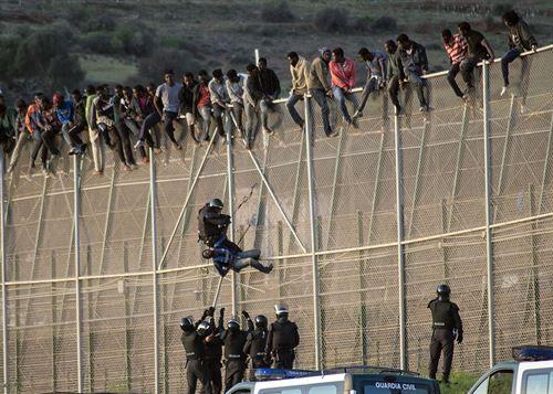 Inmigrantes-encaramados-a-la-valla-de-melilla