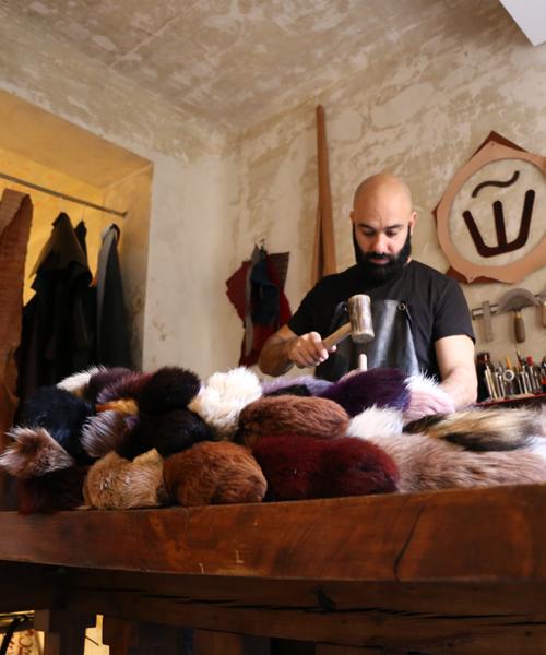Assaad-Awad-haciendo-la-falda-capa-de-colas-de-zorro-en-su-nuevo-estudio
