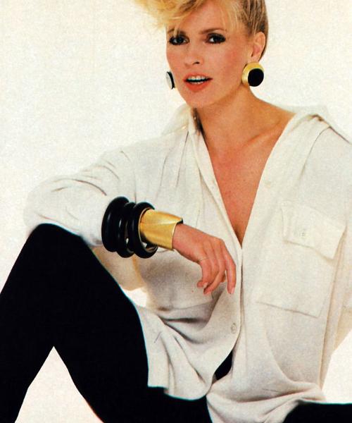 Chery-Ladd-fotografiada-por-Paul-Amato-para-Harper's-Bazaar-en-septiembre-de-1985-con-ropa-de-Donna-Karan.