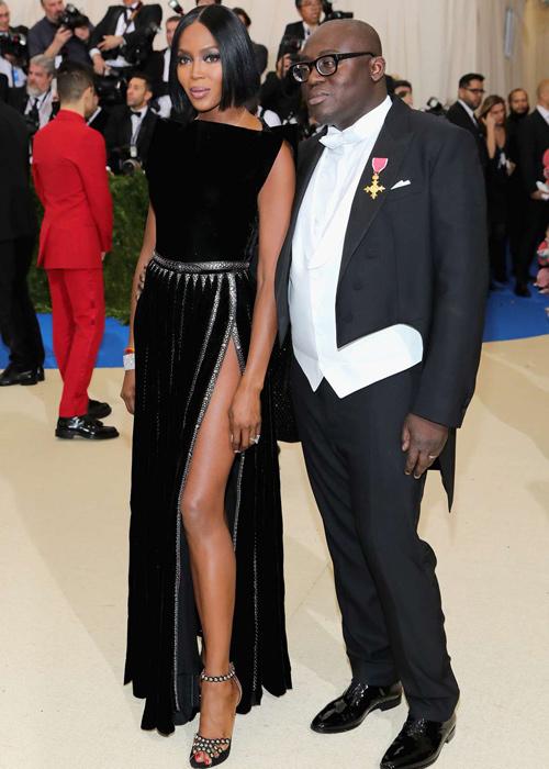 Naomi-Campbell-con-un-vestido-negro-y-Edward-Enninful -nuevo-director-de-Vogue-UK.