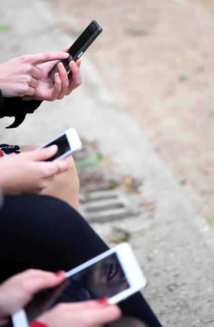 Joven con móvil c_Foto CE