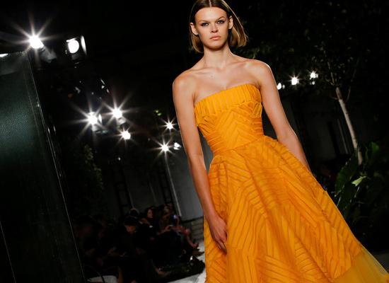 Naranja-tostado-para-este-diseño-de-noche-de-Carolina-Herrera