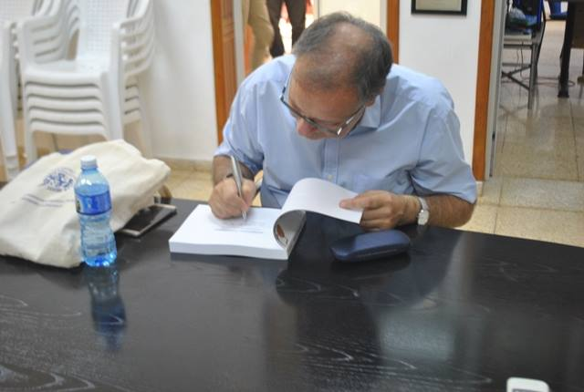 Scolari firmando libro