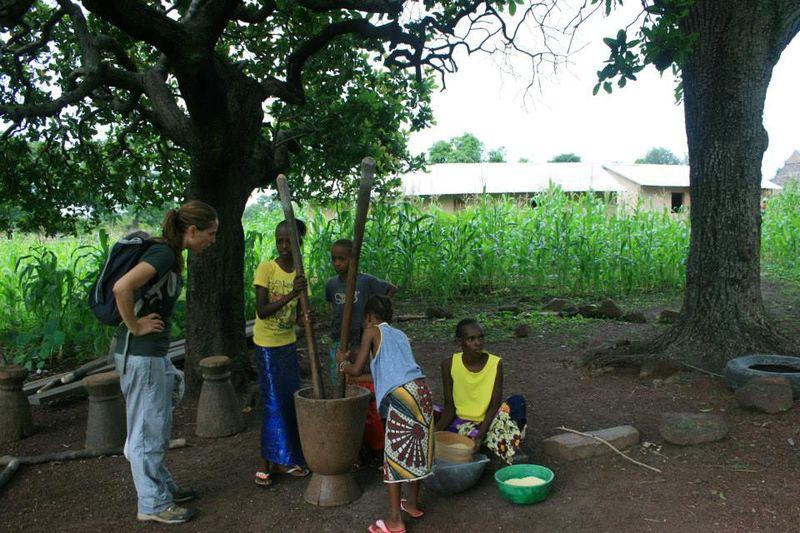 Miembros Peul de Afia moliendo maíx