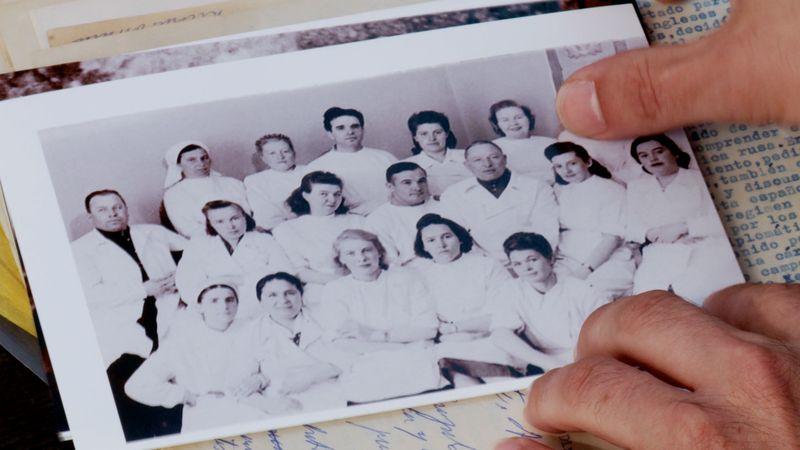 Rafael Fuster muestra una foto de su padre cirujano