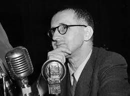 Bertold Brecht hablando a micrófonos radio