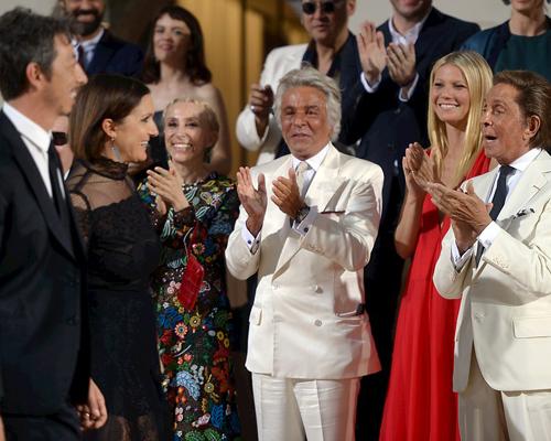 Valentino-aplaude-a-Maria-Grazia-Chiuri-y-Pierpaolo-Piccioli