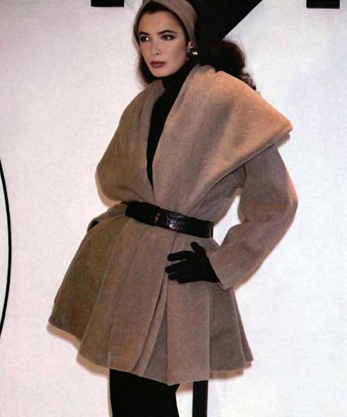Linda-Spierings-desfila-para-Donna-Karan-con-la-colección-otoño-e-invierno-1986