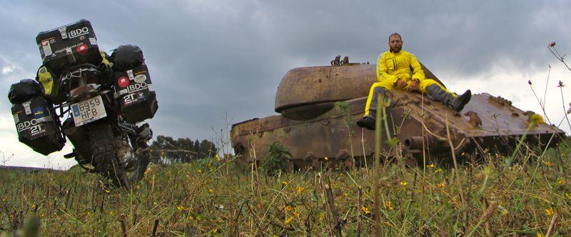 Miquel sentado tanque