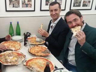 Comiendo pizza con Nicola, nuestro invitado