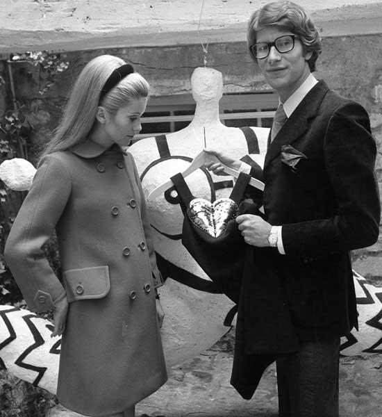 Catherine-Deneuve,-inaugurando-la-tienda-de-Saint-Laurent-en-1966