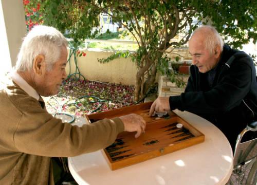 Dos_ancianos_jugando_Foto CE