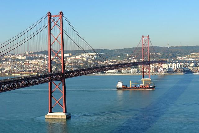 25th_April_Bridge_and_boat Foto Wikipedia OsvaldoGago