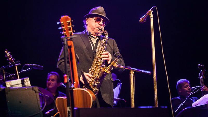 Van Morrison con saxoOk