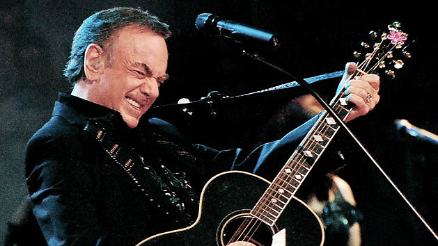 Neil Diamond con guitarraOk