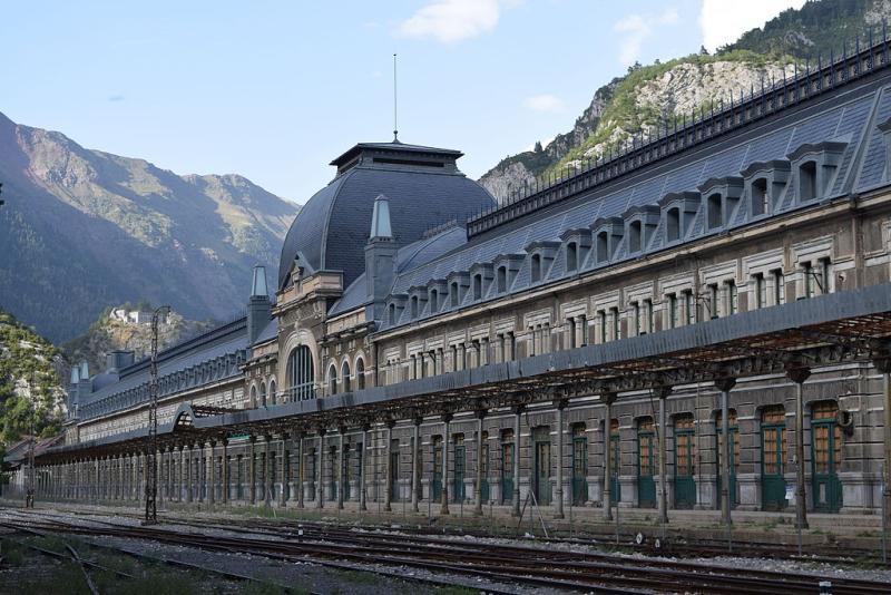 Vista_general_de_la_façana_de_l'Estació_Internacional_de_Canfranc_01_Foto Marc Celeiro (wikipedia)