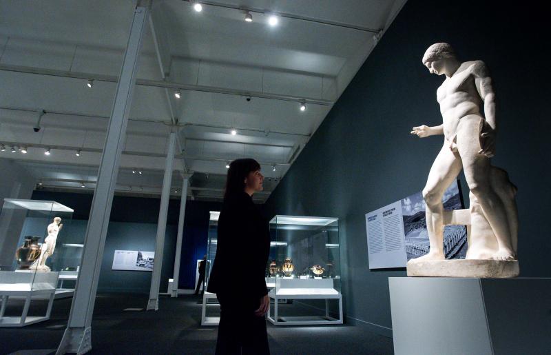 La-muestra-presenta-un-conjunto-de-obras-que-van-desde-las-canicas-y-los-dados-que-utilizaban-los-ninos-de-hace-2-200-anos-h