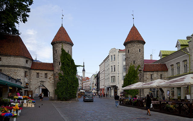 640px-Puerta_de_Viru _Tallinn _Estonia _2012-08-05 _DD_11