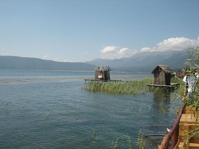 640px-Fisherman's_cabin_(Lake_Prespa)_Foto Wikipedia Bomac