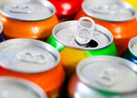 16984626-las-latas-de-bebidas-dulces-o-cerveza-refrigerante-congelado-y-con-gotas-de-agua