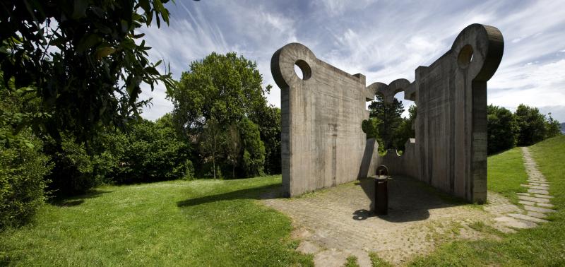 Escultura_Chillida_entera_día_Foto wikipedia