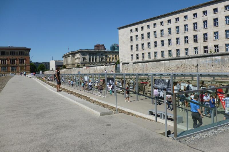 Camino del muro en Berlín junto a Topografía del Terror (fragmento del Muro original) en Niederkirchnerstrasse (Imagen_Senatskanzlei)