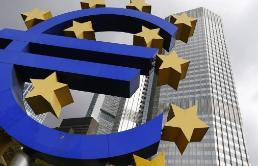 El_euro_ante_el_antiguo_edificio_del_BCE_en_Fr__nkfurt