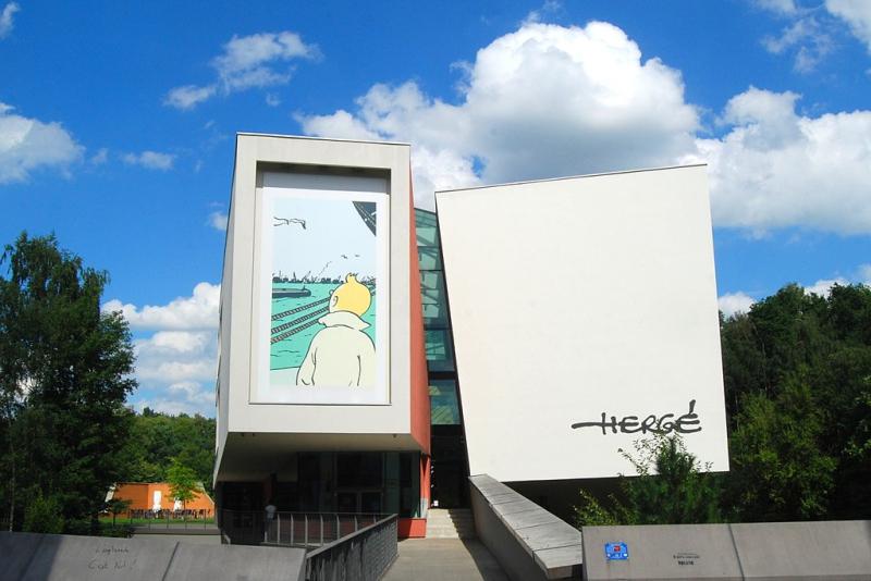 1024px-Belgique_-_Louvain-la-Neuve_-_Musée_Hergé_-_01 Foto Wikipedia- EmDee