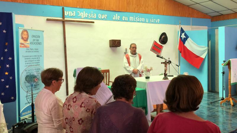 Padre Enrique Sarneguet en su parroquia de Huasco2