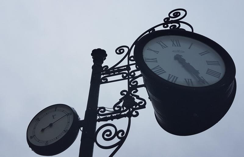 Relojes en la plaza de la catedral de león_angelaGonzaloM