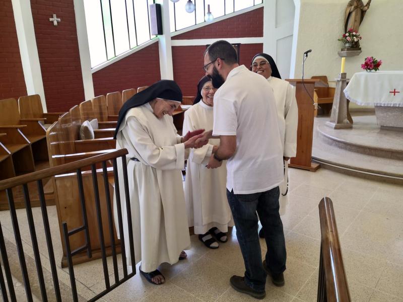 Padre Enrique visita feligreses en el desierto