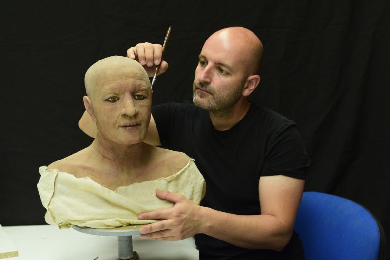 Juan retocando detalles del busto de Nespamedu