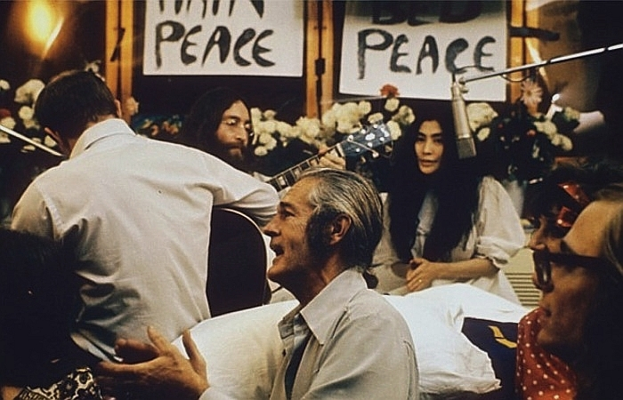 John_Lennon_performing_Give_Peace_a_Chance_1969