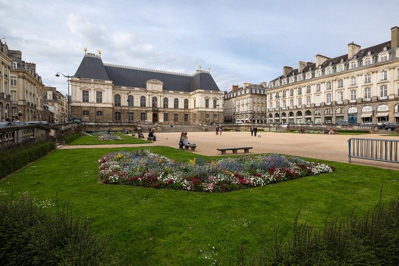 1280px-Vue_sud-ouest_de_la_place_du_parlement_de_Bretagne _Rennes _France