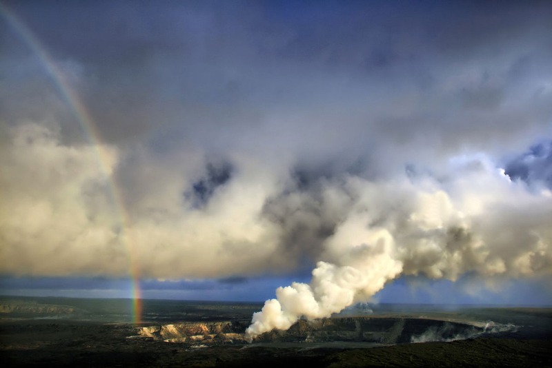 1280px-Rainbow_and_eruption_of_Halema`uma`u_vent_at_Kilauea